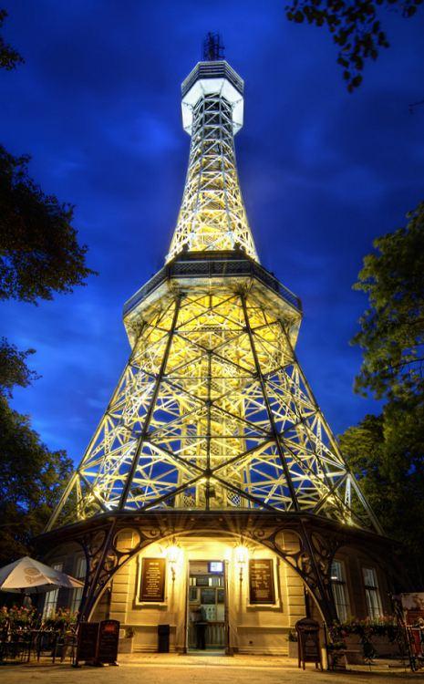 Im Unterschied zum Eiffelturm hat der PetYu00 нn